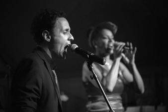 Duo de chanteurs en quintet
